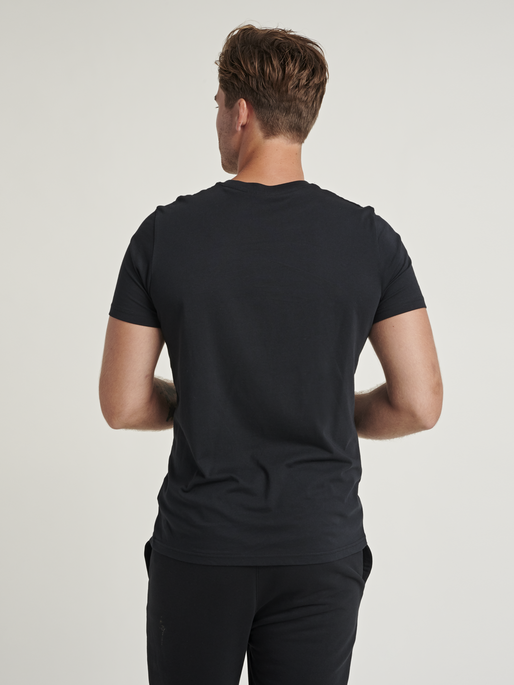 hmlPARSON T-SHIRT, BLACK, model