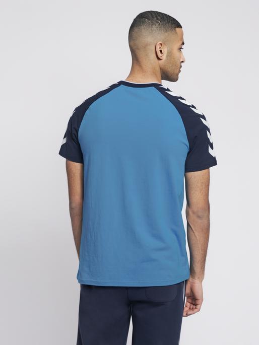 hmlMARK T-SHIRT S/S, BLUE ASTER, model