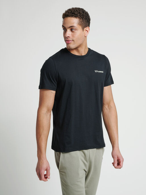 hmlTORONTO T-SHIRT, BLACK, model