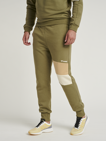 hmlAIDAN REGULAR PANTS, BURNT OLIVE , model
