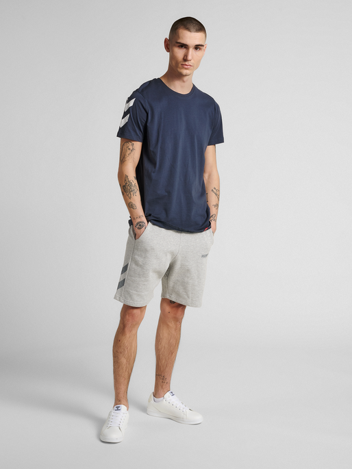 hmlLEGACY SHORTS, GREY MELANGE, model