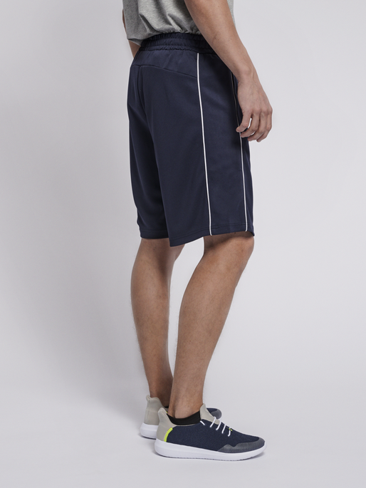 hmlARNE SHORTS, BLACK IRIS, model