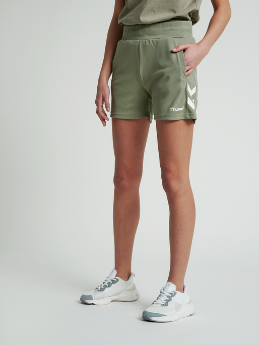 hmlRAMONA SHORTS, VETIVER, model