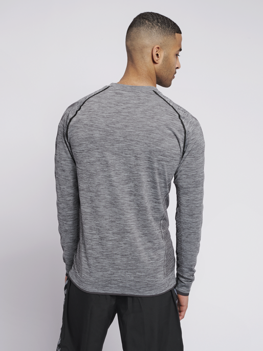 hmlMORTEN SEAMLESS T-SHIRT L/S, QUARRY, model