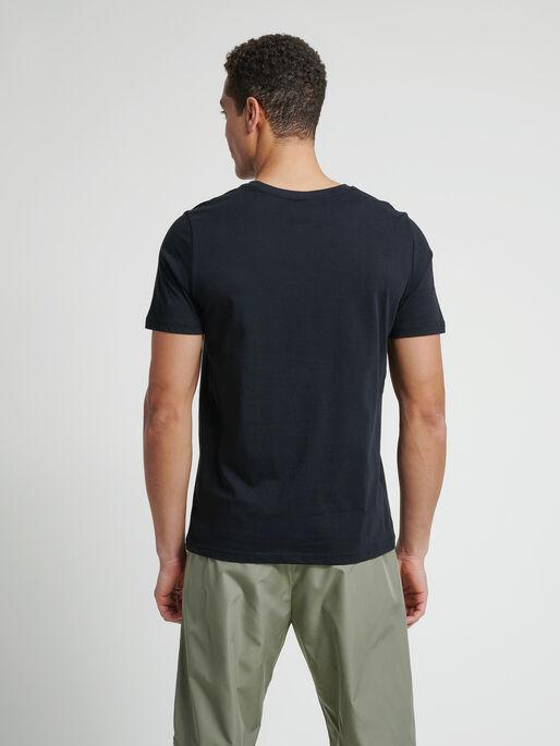 hmlDUNCAN T-SHIRT, BLACK, model