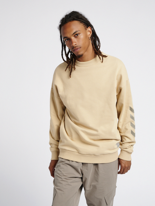 hmlURBAN SWEATSHIRT, PALE KHAKI, model