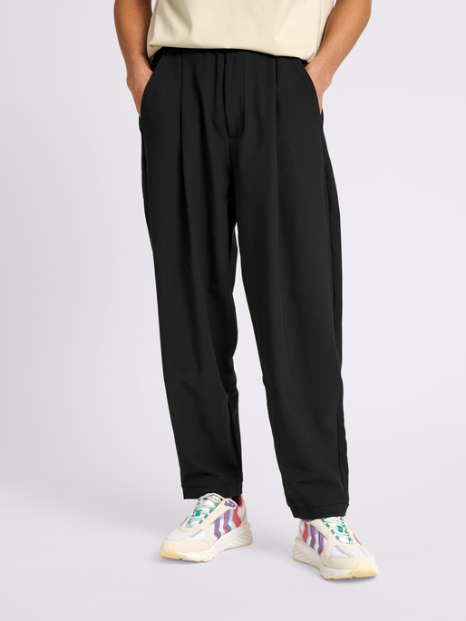 hmlNEO CARROT PANTS, BLACK, model