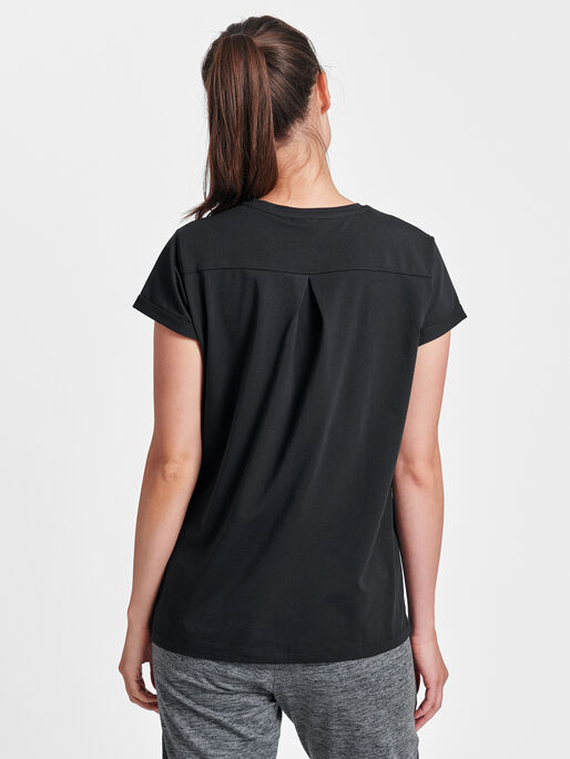 HMLISOBELLA T-SHIRT S/S, BLACK, model