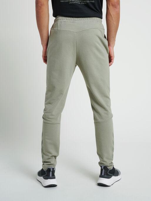 hmlISAM TAPERED PANTS, VETIVER, model