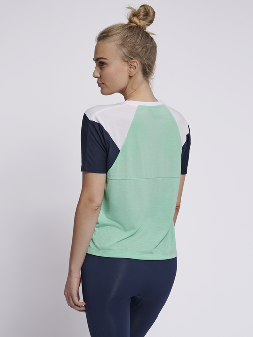 hmlROBIN T-SHIRT S/S, ICE GREEN, model