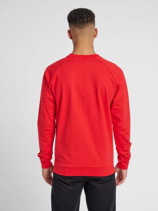 HUMMEL GO COTTON LOGO SWEATSHIRT, TRUE RED, model
