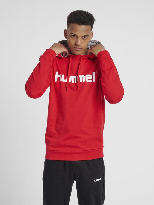 HUMMEL GO COTTON LOGO HOODIE, TRUE RED, model