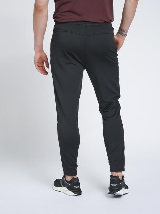 hmlNATHAN 2.0 TAPERED PANTS, BLACK/FUDGE, model
