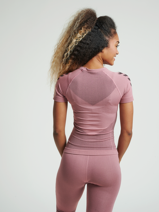 HUMMEL FIRST SEAMLESS JERSEY S/S WOMAN, DUSTY ROSE, model