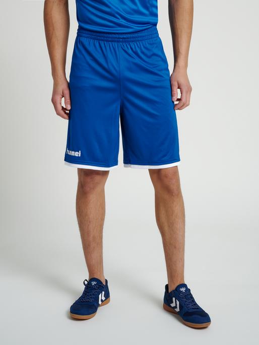 CORE BASKET SHORTS, TRUE BLUE, model