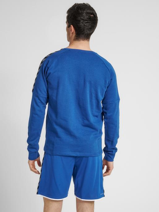 hmlAUTHENTIC TRAINING SWEAT, TRUE BLUE, model