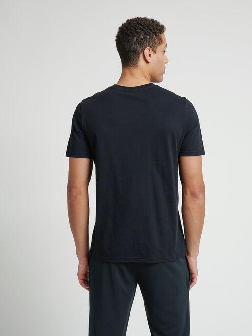 hmlVARSITY T-SHIRT, BLACK, model