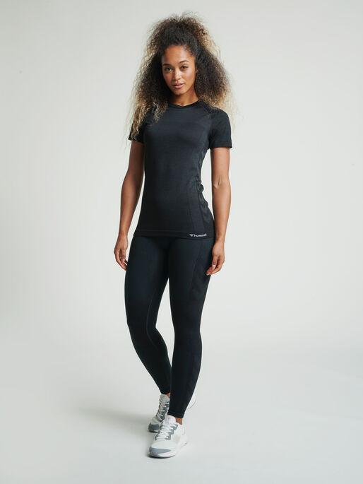 hmlCLEA SEAMLESS T-SHIRT, BLACK MELANGE, model