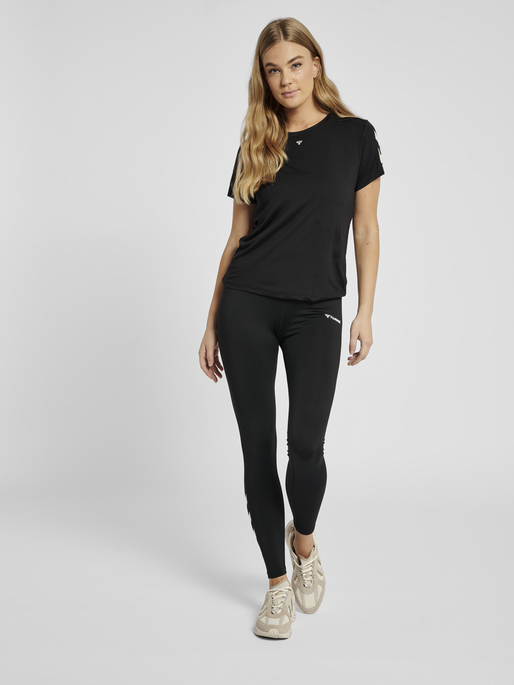 hmlTAYLOR T-SHIRT, BLACK, model