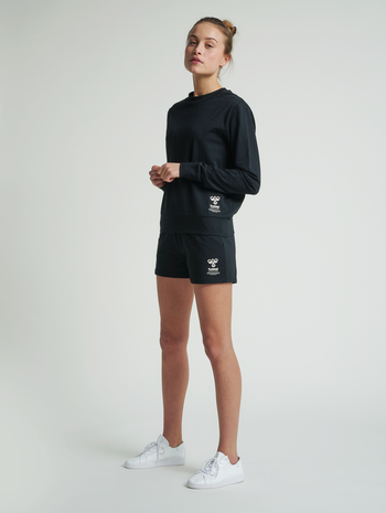 hmlSKYLAR SHORTS, BLACK, model