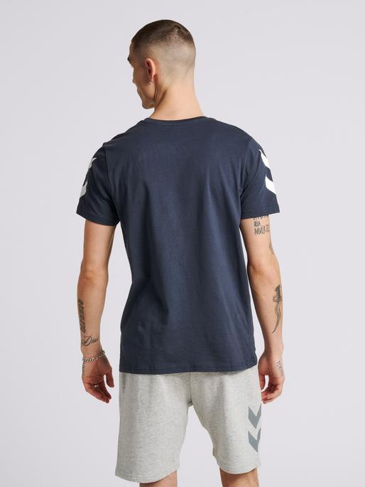 hmlLEGACY CHEVRON T-SHIRT, BLUE NIGHTS, model