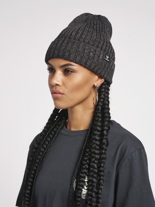 hmlALTA BEANIE, BLACK MELANGE, model