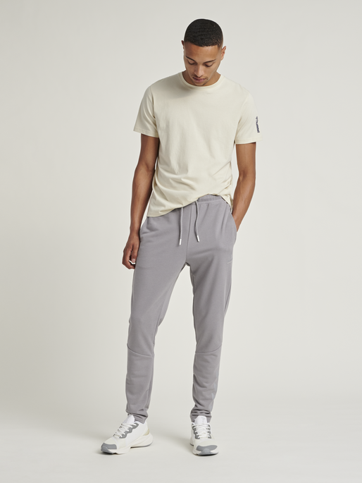 hmlISAM TAPERED PANTS, SHARKSKIN, model