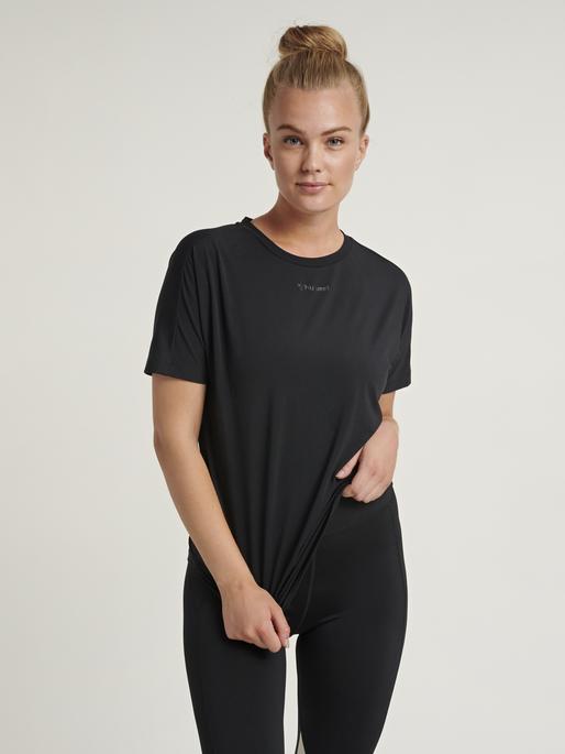 hmlREESE T-SHIRT, BLACK, model