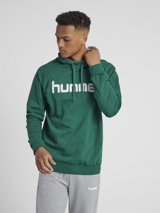 HUMMEL GO COTTON LOGO HOODIE, EVERGREEN, model
