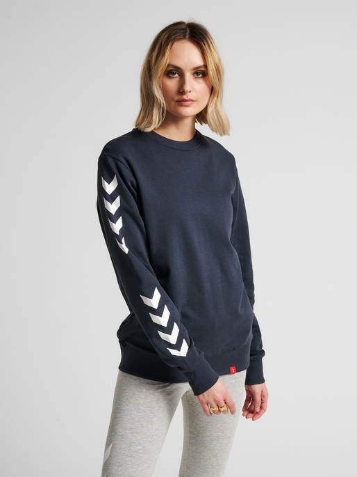hmlLEGACY CHEVRON SWEATSHIRT, BLUE NIGHTS, model