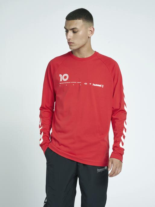 hmlLGC MUSA T-SHIRT L/S, TRUE RED, model