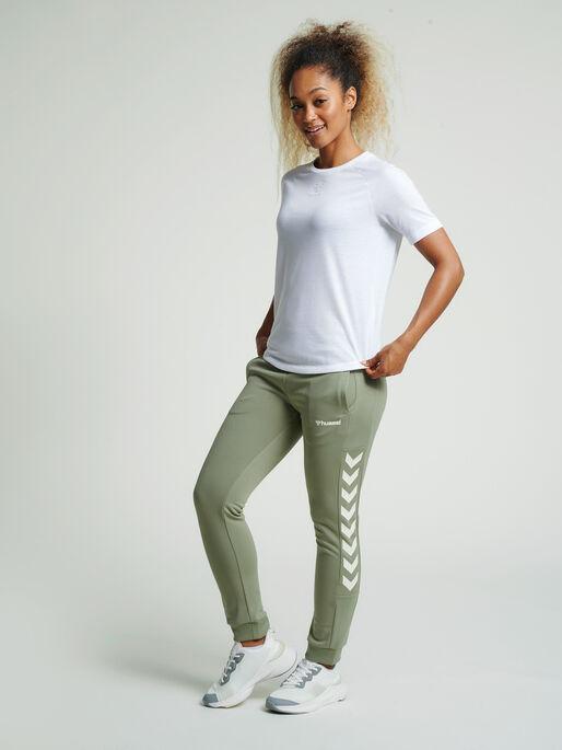 hmlRAMONA SLIM PANTS, VETIVER, model