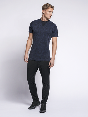 hmlWES SEAMLESS T-SHIRT S/S, BLACK IRIS, model