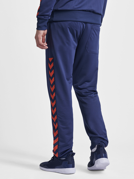 HMLNATHAN PANTS, BLACK IRIS/GRENADINE, model