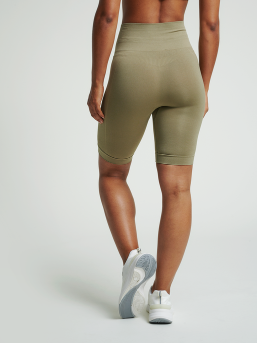 hmlTIF SEAMLESS CYLING SHORTS, VETIVER, model