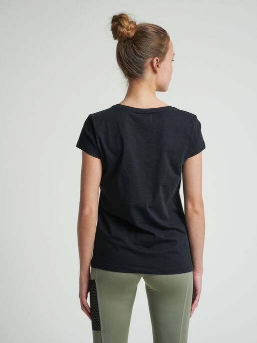 hmlSCARLET T-SHIRT, BLACK, model