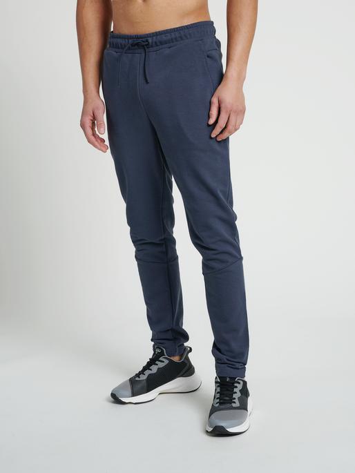 hmlISAM TAPERED PANTS, BLUE NIGHTS, model