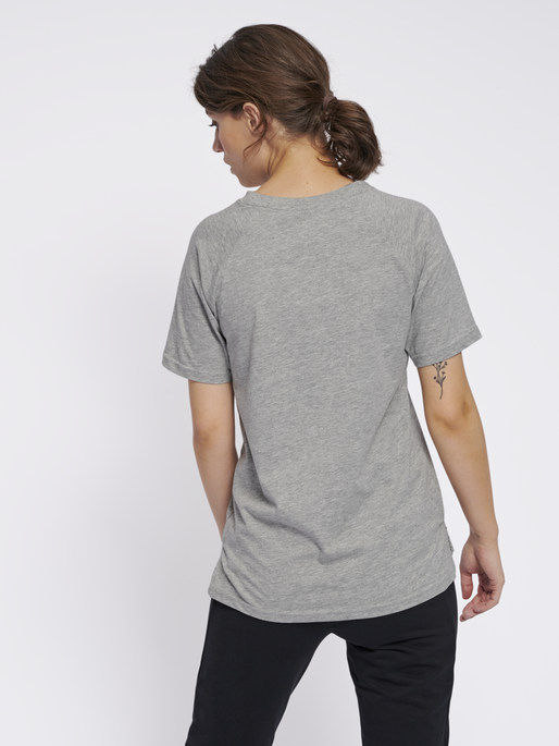 hmlZENIA T-SHIRT S/S, GREY MELANGE, model