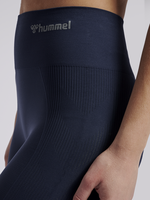 hmlTIF SEAMLESS CYCLING SHORTS, BLACK IRIS, model