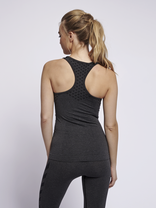CLASSIC BEE CI SEAMLESS TOP, BLACK MELANGE, model