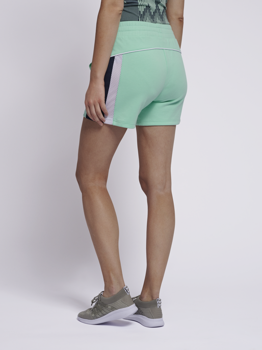 hmlNIRVANA SHORTS, ICE GREEN, model