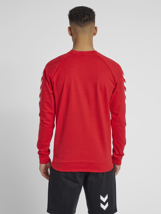 HUMMEL GO COTTON SWEATSHIRT, TRUE RED, model