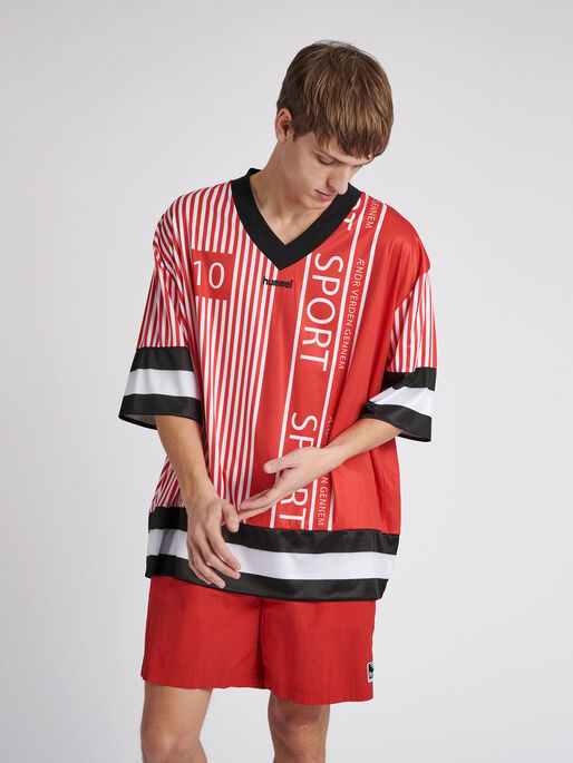 hmlDANSK OVERSIZED T-SHIRT S/S, TRUE RED, model