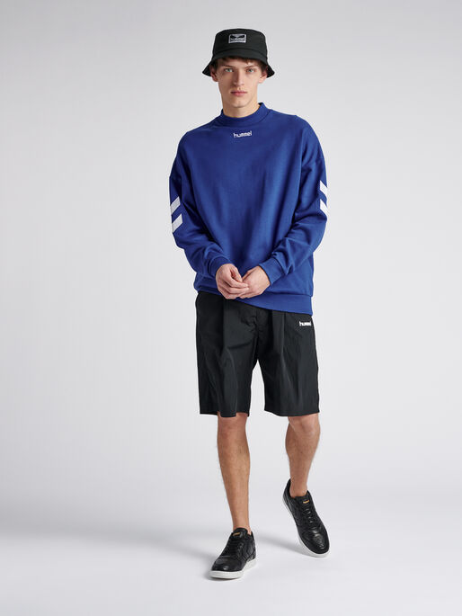 hmlCHRIS LOOSE SWEATSHIRT, MAZARINE BLUE, model