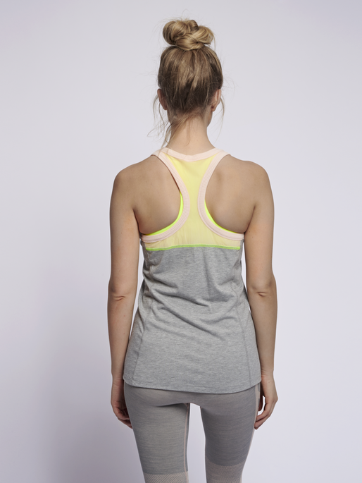 hmlHILL TOP, GREY MELANGE, model