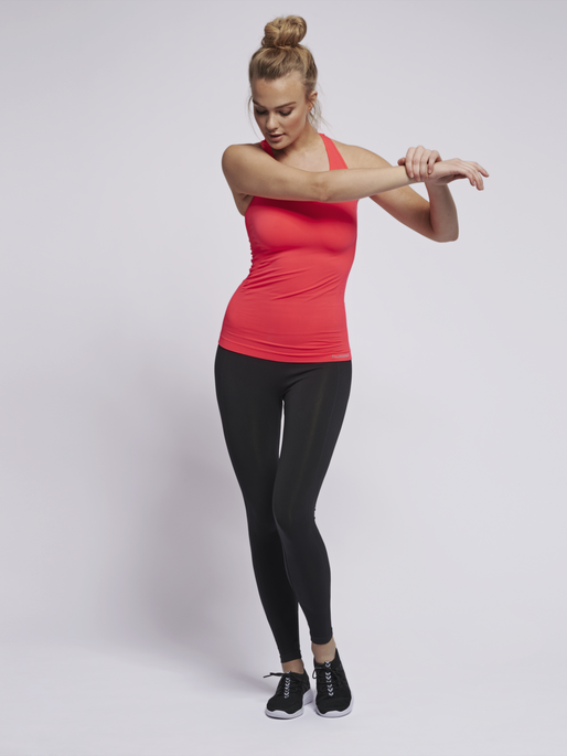 SUE SEAMLESS TOP, FIERY CORAL, model
