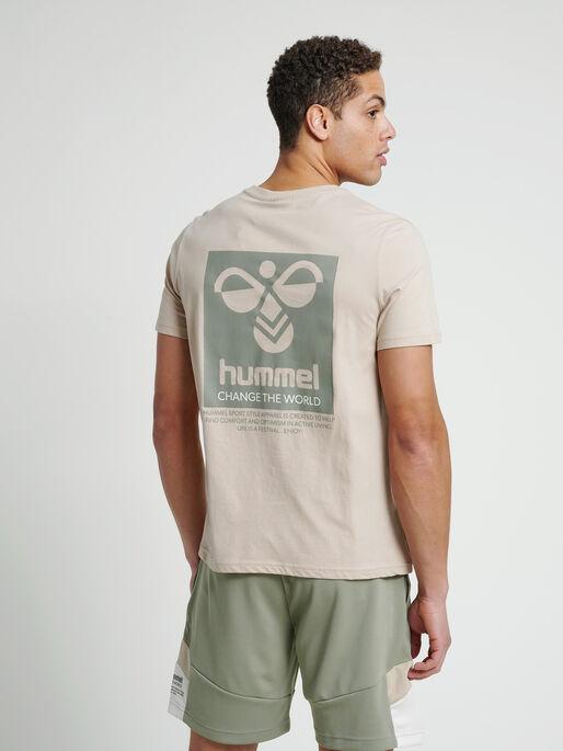 hmlTORONTO T-SHIRT, HUMUS, model