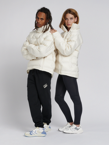 hmlMETRO PUFFA JACKET, WHITE ASPARGUS, model