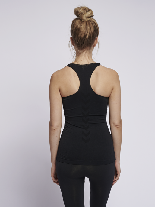 SUE SEAMLESS TOP, BLACK, model