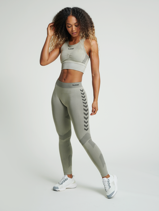 hmlFIRST SEAMLESS TRAINING TIGHT WOMEN, LONDON FOG, model